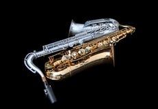 Två saxofoner som ner ligger arkivfoto