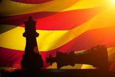 Två schackdiagram: ett diagram anseende, medan andra besegras mot flaggan av Catalonia på bakgrund Royaltyfri Fotografi