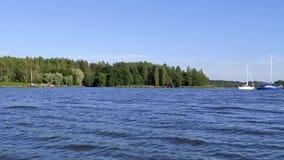 Två segelbåtar på det djupblå baltiska havet på en sommardag stock video