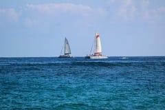 Två segelbåtar på horisont Arkivbild