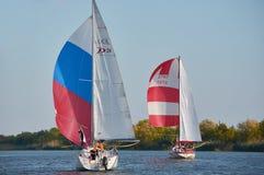 Två segla yachter på Donet River nära Rostov-On-Don royaltyfria bilder