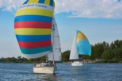 Två segla yachter på Donet River nära Rostov-On-Don arkivfoto