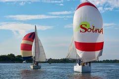 Två segla yachter på Donet River nära Rostov-On-Don royaltyfri foto