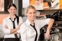 Två servitriers som poserar i kaffehus royaltyfria bilder
