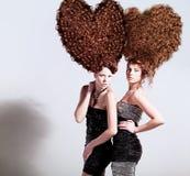 Två sexiga flickor med hjärta-format stort Royaltyfri Bild