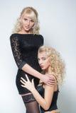 Två sexiga flickor med vitt hår Royaltyfri Bild