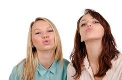 Två sexiga flickor som tigger för en kyss Royaltyfri Fotografi