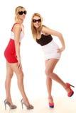 Två sexiga galna kvinnor i sommar beklär solglasögon Royaltyfri Foto