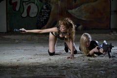 Två sexiga kvinnligspioner i handling Arkivbild