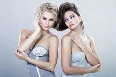 Två sexiga kvinnor. Arkivbild