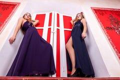 Två sexiga kvinnor i rik tappninginre Arkivfoton