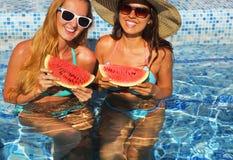 Två sexiga kvinnor med mörkt hår som äter vattenmelon Arkivbild