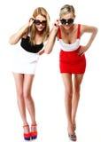 Två sexiga kvinnor som bär kortkortkjolar Arkivbilder