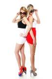 Två sexiga kvinnor som bär kortkortkjolar Royaltyfri Foto