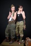 Två sexiga kvinnor som poserar den militära likformign WW2 och vapen Royaltyfria Bilder