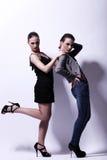 Två sexiga kvinnor som poserar i studio Arkivfoton