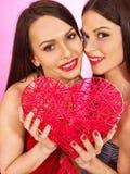 Två sexiga lesbiska kvinnor som kysser i erotiskt förspel, spelar Royaltyfri Fotografi