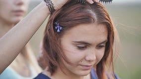 Två sexton-år-gamla flickvänner borstar sig ut med en hårkam stock video
