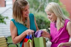 Två shoppa kvinnor Fotografering för Bildbyråer