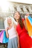 Två shoppa kvinnor i Venedig, Italien Arkivfoto