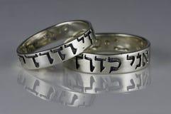 Två silvervigselringar, sång av sånger, hebré Royaltyfri Fotografi