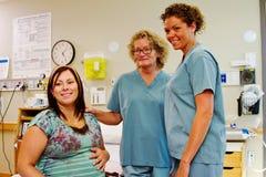 Två sjuksköterskor med den arbets- patienten Royaltyfri Bild