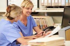 Två sjuksköterskor som är funktionsdugliga på sjuksköterskor, posterar royaltyfri fotografi