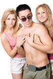 Två skämtsamma blonda kvinnor med den unga mannen Royaltyfria Bilder