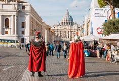 Två skådespelare som kläs som Roman Empire soldater i Rome arkivbilder