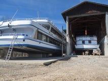Två skepp i den torra skeppsdockan Arkivfoto