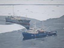 Två skepp i golfen bland isen av Stilla havet arkivbilder