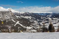 Två skidåkare med hjälmar som är klara för att skida och italienska berg för Dolomites i bakgrund Royaltyfri Bild