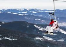 Två skidåkare på en plattform på en bakgrund av höga snöberg arkivfoton