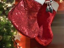 Två skinande julsockor som väntar deras gåvatid arkivbilder