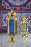Två skinande lyktor över Ramadan Fabric Royaltyfri Bild