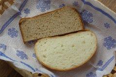 Två skivor av bröd på servett arkivbild