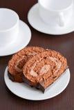 Två skivor av smaklig chokladtårta på en plätera arkivfoto