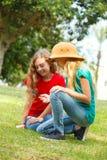 Två skolaflickor som undersöker naturen Royaltyfria Foton