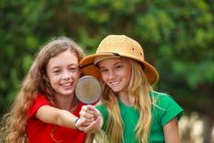 Två skolaflickor som undersöker naturen royaltyfria bilder