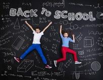Två skolbarn som lär Fotografering för Bildbyråer