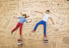 Två skolbarn som lär Arkivfoto