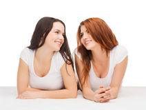 Två skratta flickor i vita t-skjortor Arkivfoto