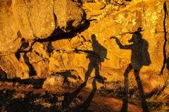 Två skuggor av flickor på en stenvägg i Thingvellir medborgaremedeltal Royaltyfria Bilder