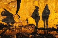 Två skuggor av flickor på stenväggen i den Thingvellir nationalparken Arkivbilder