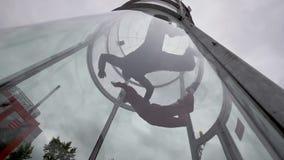 Två skydivers flyger in i vindtunnelen Tandema flygskydivers i vindtunnel arkivfilmer