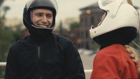 Två skydivers i skyddande hjälmar talar Skydivers som förbereder sig att flyga Arkivfoto