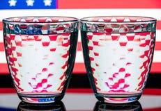 Två slösar mång--fasetterade exponeringsglas på en olik bakgrund Arkivfoton