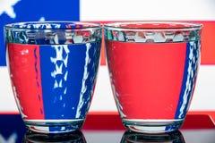Två slösar mång--fasetterade exponeringsglas på en olik bakgrund Arkivbilder