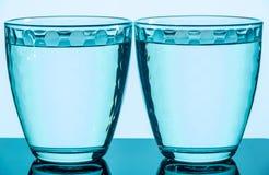 Två slösar mång--fasetterade exponeringsglas på en olik bakgrund Arkivbild