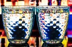 Två slösar mång--fasetterade exponeringsglas på en olik bakgrund Arkivfoto